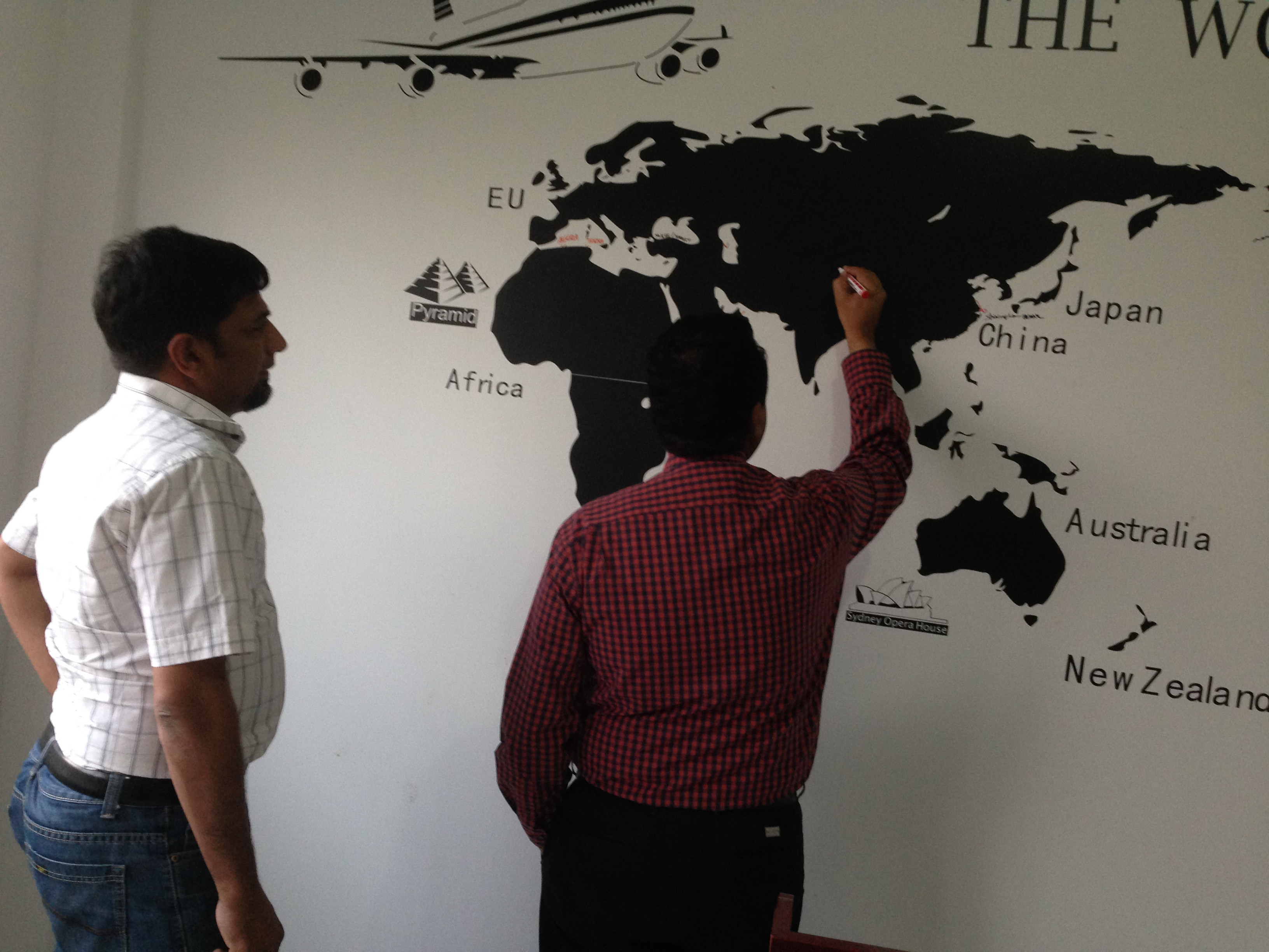 Khách hàng từ Pakistan thăm quan dây chuyền sản xuất bong không dính WJM-1
