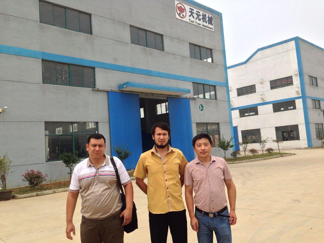 Khách hàng Uzbekistan kiểm tra máy dây chuyền sản xuất châm kim kiểu ZCM-1